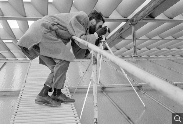 Photographer Pierre Joly, on the roof of the Musée-maison de la culture, 1961. © Centre Pompidou, bibliothèque Kandinsky, fonds Cardot-Joly / Pierre Joly - Véra Cardot
