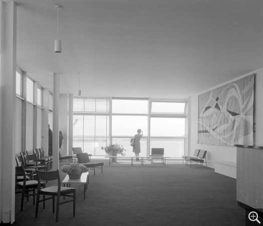 Bar-club of the Musée-maison de la culture, Le Havre with Reynold Arnould's tapestry The Wave. © Centre Pompidou, bibliothèque Kandinsky, fonds Cardot-Joly / Pierre Joly - Véra Cardot