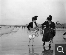 Louis CHESNEAU (1855-1923), Two ladies, Dieppe, September 9, 1900, modern print (by Yvon Le Marlec in 1996) from an 8 x 9 cm, glass negative, 30 x 40 cm. Famille Chesneau. © Rouen, Pôle Image Haute-Normandie / Louis Chesneau