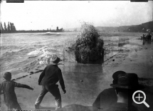 Louis CHESNEAU (1855-1923), Arrival of the tidal bore, Caudebec-en-Caux, September 11, 1904, modern print (by Yvon Le Marlec in 1996) from an 8 x 9 cm, glass negative, 30 x 40 cm. Famille Chesneau. © Rouen, Pôle Image Haute-Normandie / Louis Chesneau