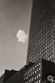 André KERTESZ (1894-1985), Stray Cloud, New York, 1937, gelatin silver print, 24.7 x 16.5 cm. Paris, musée national d'art moderne (MNAM) — Centre Pompidou. © CNAC / MNAM, Dist. RMN / Georges Meguerditchian