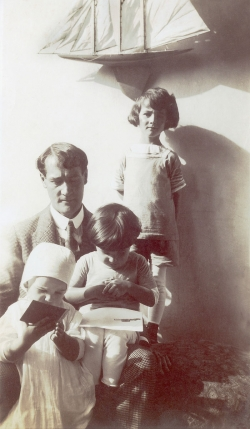 Anonyme, Lyonel Feininger with three of his children, ca. 1912, photography. The Lyonel Feininger Project LLC, New York – Berlin